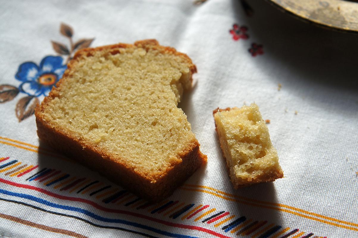 """Du levain en trop ? Utilisez-le dans cette recette de Quatre-Quart moelleux à souhait : Les idées de recettes pour utiliser au mieux le levain naturel qui peut s'accumuler lorsqu'on ne fait pas souvent de pain sont toujours les bienvenues. J'ai pu vous en soumettre une certaine quantité et je m'intéresse toujours à en adapter d'autres .... Ainsi, vous pouvez déjà trouver sur mon blog des recettes de Banana Bread,Gaufres, Brownie, Croissants, et autres (voir le dossier """"Le Levain pour les Nuls"""") Le Quatre-Quart au Levain Naturelne faisait pas partie de la liste. Parfait. L'envie d'un cake riche au bon goût beurré et le petit bol de levain qui m'attendait au frais ont donné naissance à l'accomplissement de cette recette."""